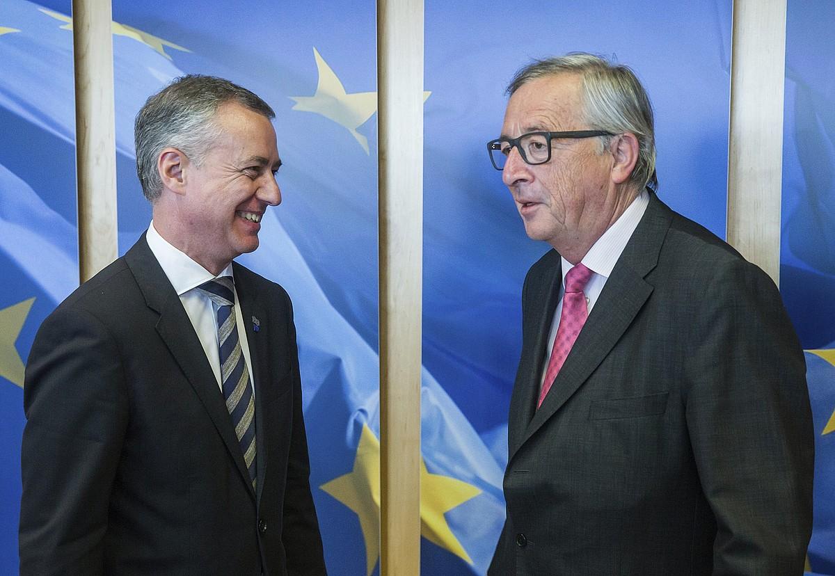 Iñigo Urkullu Jaurlaritzako lehendakaria eta Jean Claude Juncker Europako Batzordeko presidentea, joan den maiatzean egindako bileran, Bruselan. / S. LECOCQ / EFE