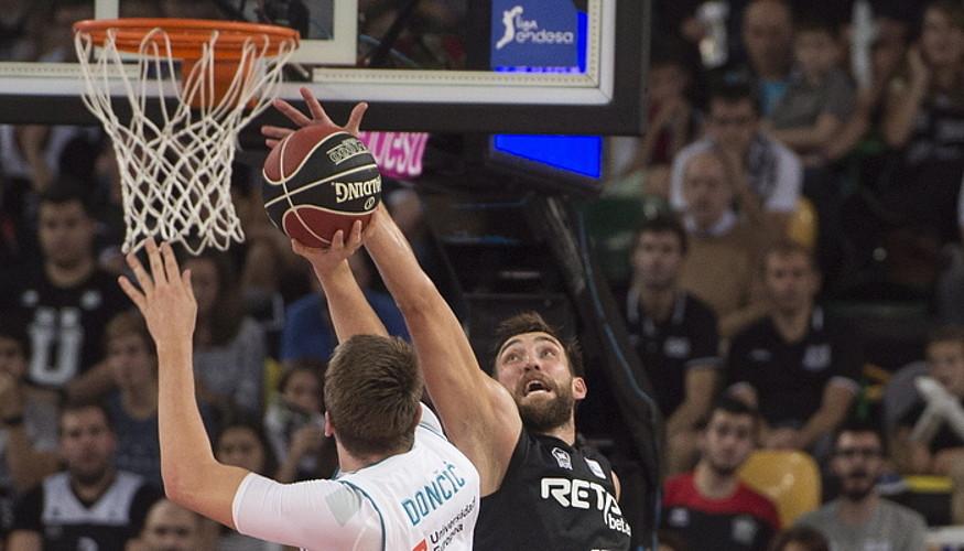 Alex Hervelle, Luca Doncici txapela jarri nahian. ©MONIKA DEL VALLE / ARGAZKI PRESS