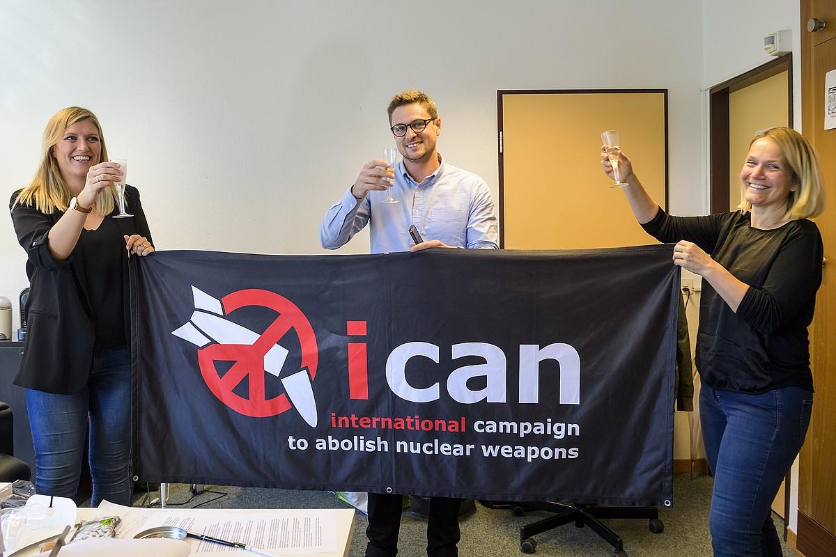 ICAN kanpainako kideak Bakearen Nobel saria ospatzen, atzo, Genevan.