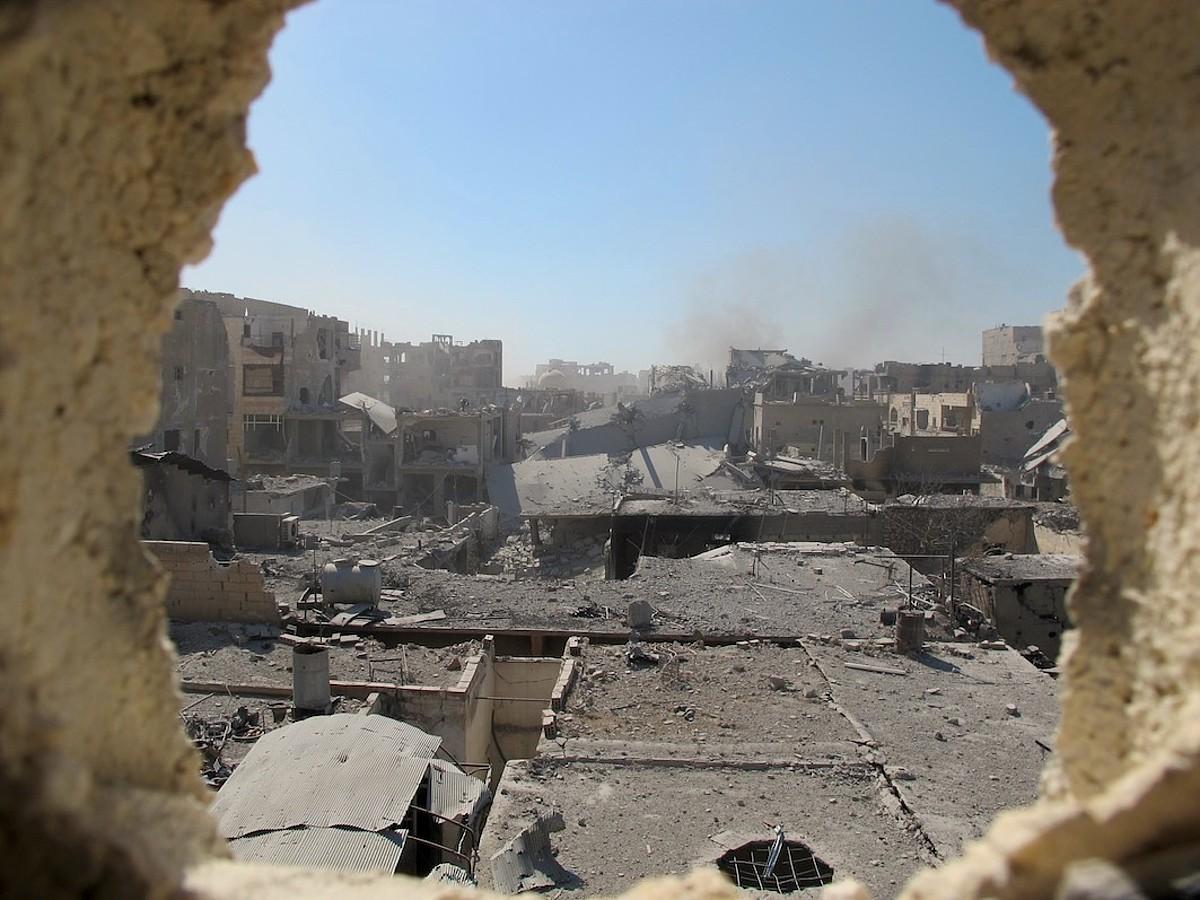Raqqako alde zaharreko irudia, eraikin baten barrutik ateratako argazkia. Erabat suntsituta dago hiria. ©KARLOS ZURUTUZA