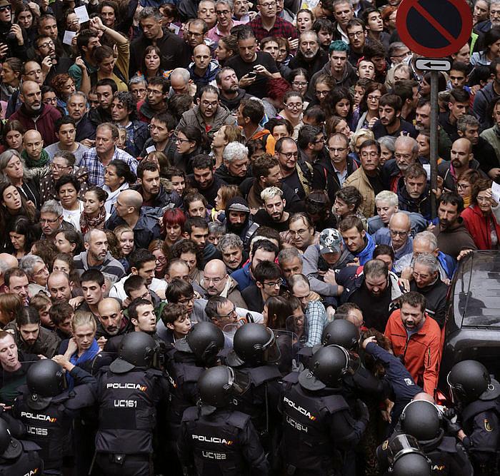 Espainiako Polizia jendearen aurka oldartzen, urriaren 1ean, Bartzelonan. / EFE
