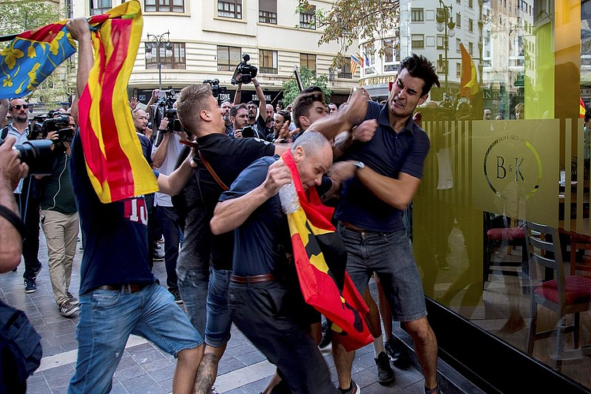 Muturreko nazionalista espainiarrak katalanaren aldeko manifestariei erasotzen, atzo, Valentzia hiriburuaren erdigunean. / BIEL ALIÑO / EFE