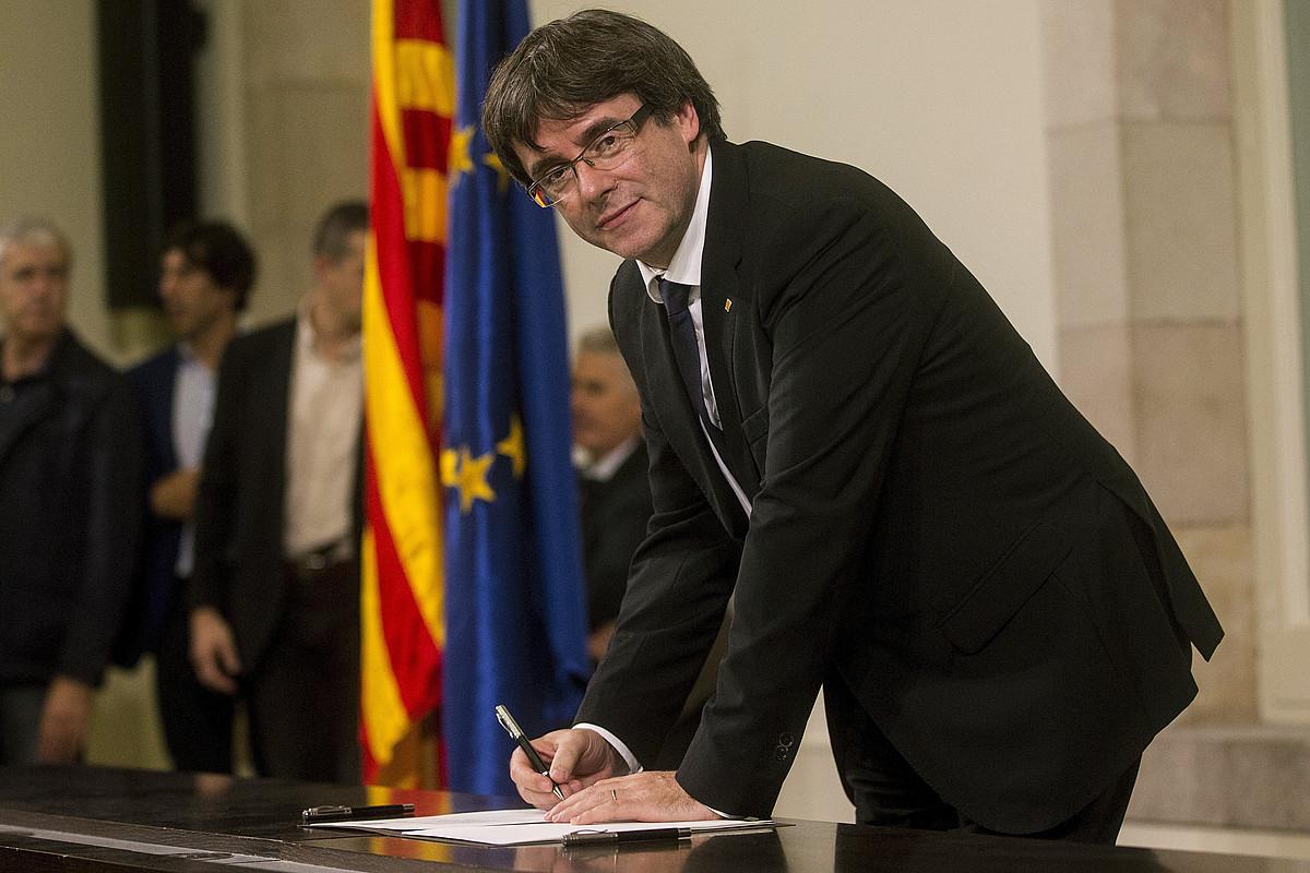 Carles Puigdemont Kataluniako presidentea indepenentzia deklarazioa sinatzen. / QUIQUE GARCIA / EFE