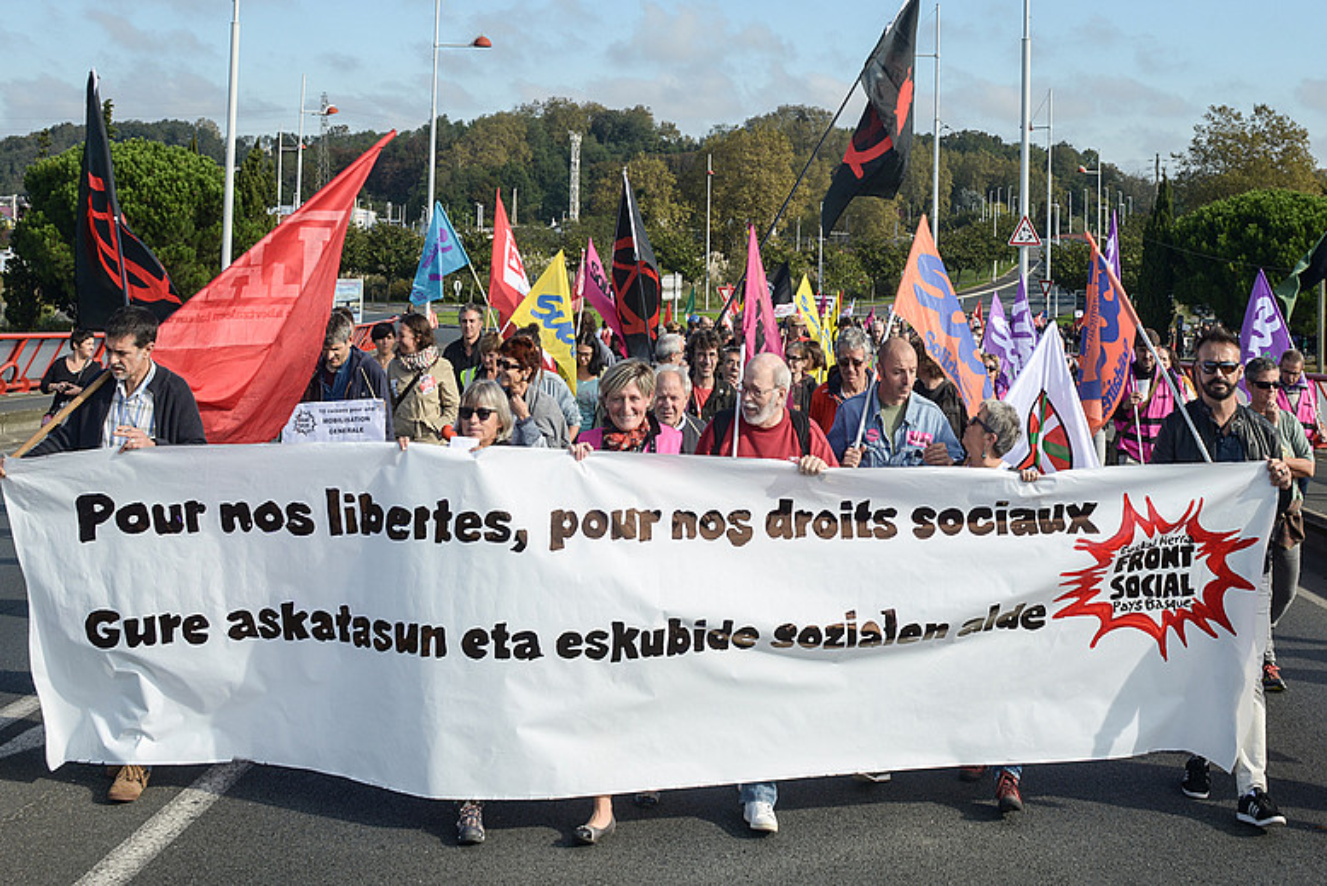 Manifestazioaren aurrealdea, atzo, Baionako herriko etxerako bidean.