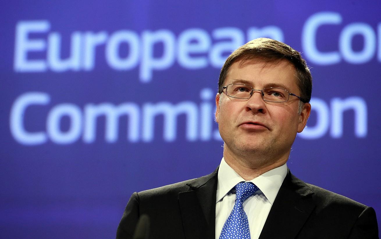Vladis Dombrovoskis Europako Batzordeko presidenteordeari prentsaurreko batean galdetu zioten atzo Kataluniaz. / OLIVIER HOSLET / EFE