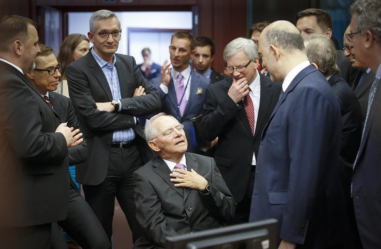 Wolfgang Schaeuble Alemaniako Finantza ministroa eurotaldearen bilera batean —erdian—, 2015eko ekainaren 27an, Bruselan.