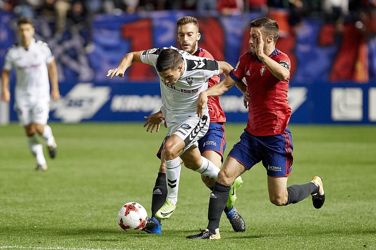 Roberto Torres eta Oier Sanjurjo Albaceteko jokalari batekin lehian, Sadarren, Espainiako Kopako bigarren kanporaketako partidan.