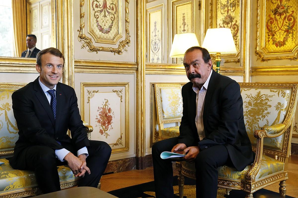 Emmanuel Macron eta Phillippe Martinez CGTko idazkari nagusia, atzo, Eliseo jauregian.