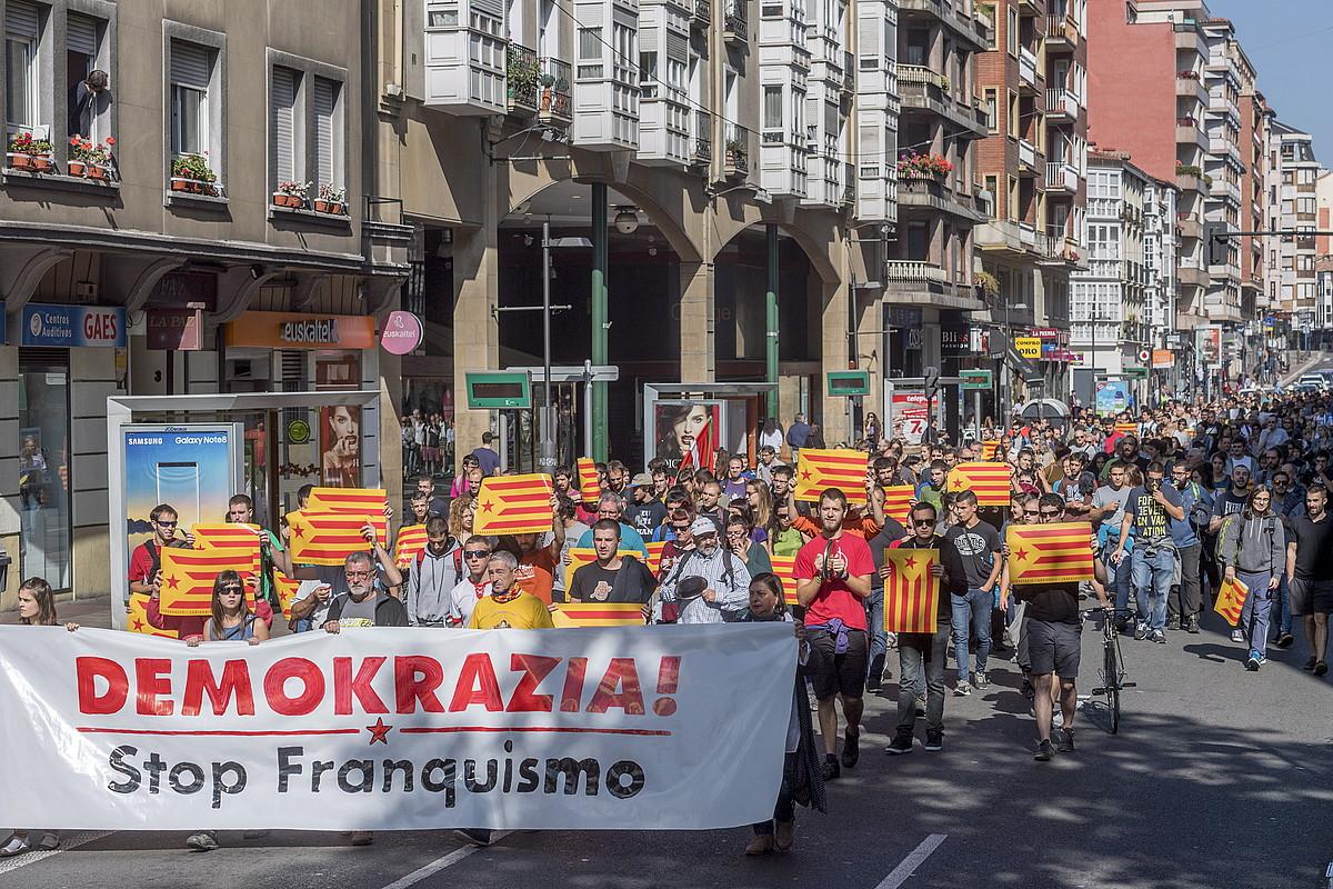 Kataluniari elkartasuna adierazteko manifestazioa Gasteizen, joan den ostegunean. / JUANAN RUIZ / ARGAZKI PRESS