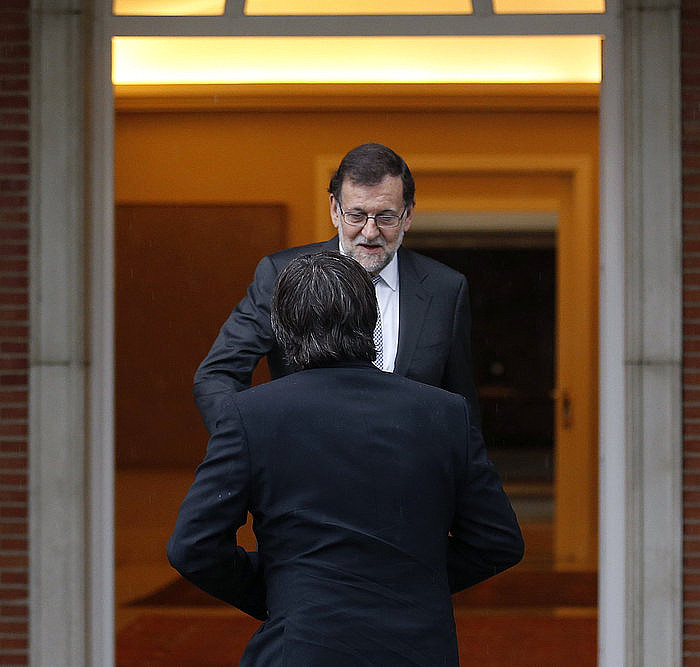 Mariano Rajoy Espainiako presidentea eta Carles Puigdemont Kataluniakoa, joan den apirilean, Kataluniaz hitz egin zuten lehen bileran, Moncloan. / PACO CAMPOS / EFE