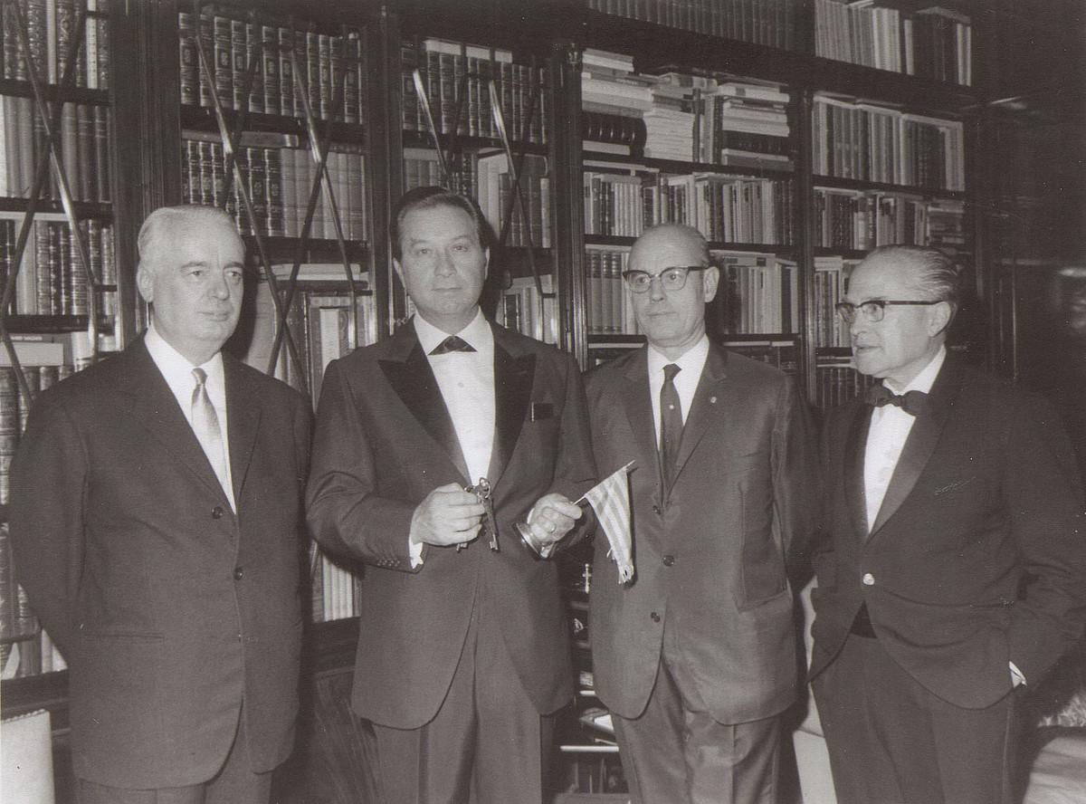 J. B. Cendros Omniumeko idazkari nagusia —ezkerretik bigarrena—, 1960ko hamarkadan, Parisen. / PALAU ROBERT GENERALITAT