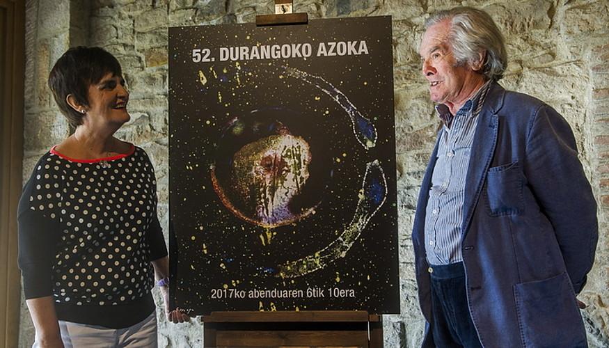 Jose Antonio Sistiaga artista eta Gerediaga elkarteko Nerea Mujika, Durangoko Azokako irudiarekin. / LUIS JAUREGIALTZO / ARP