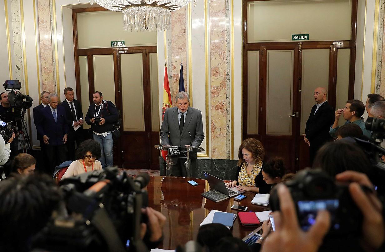 Iñigo Mendez de Vigo Espainiako Gobernuko bozeramailea, atzo, Rajoyren erabakia jakinarazten. / JUAN CARLOS HIDALGO / EFE