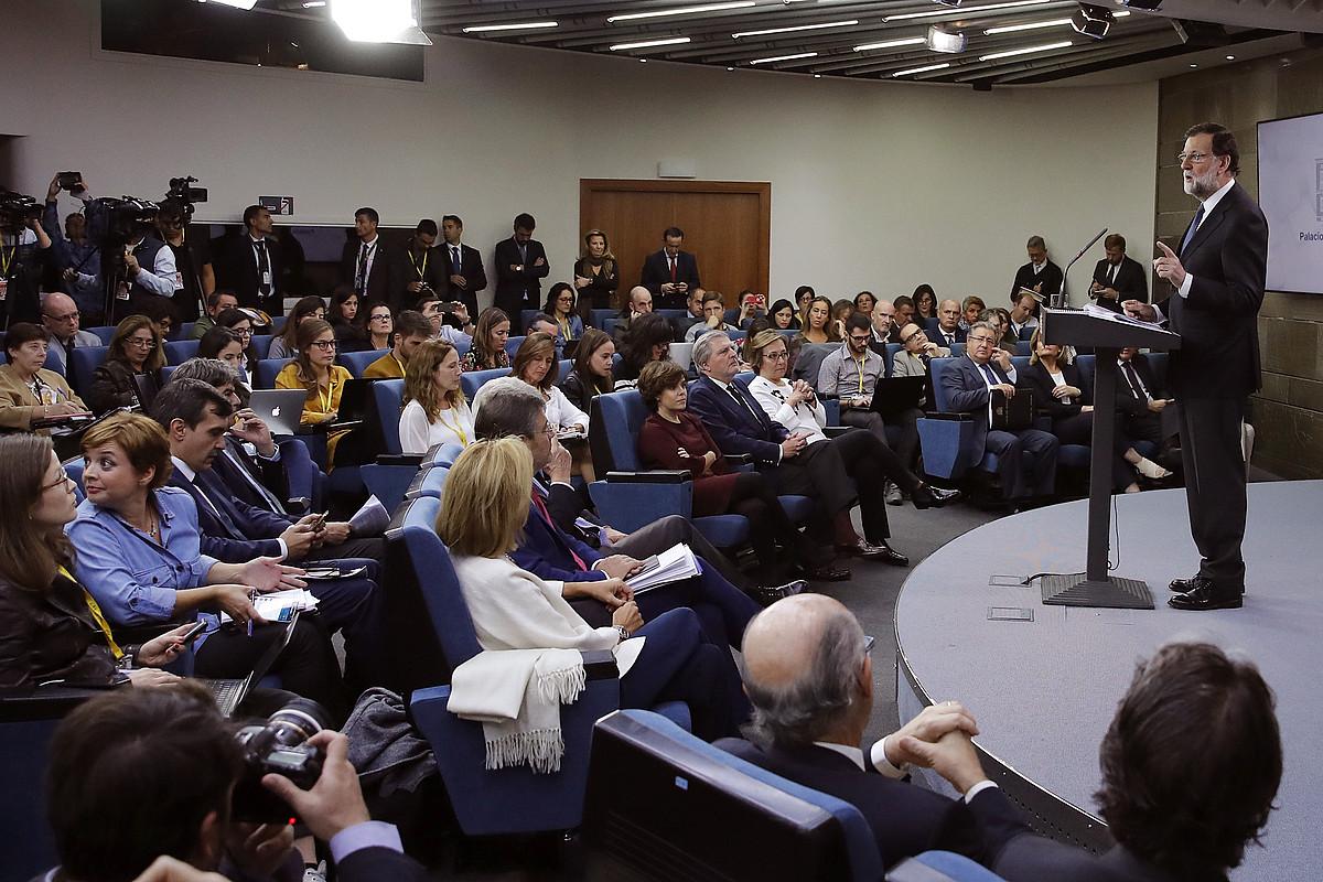 Mariano Rajoyren agerraldia, atzo. Lehen lerroan, Espainiako Gobernuko hainbat ministro. / JUAN CARLOS HIDALGO / EFE
