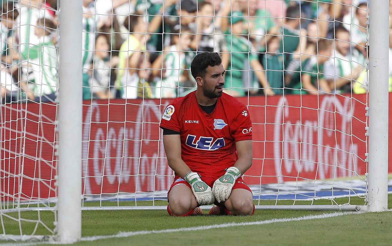 Fernando Pacheco, belauniko, etsita, Betisek Alavesi bigarren gola sartu berritan. ©JULIO MUÑOZ / EFE