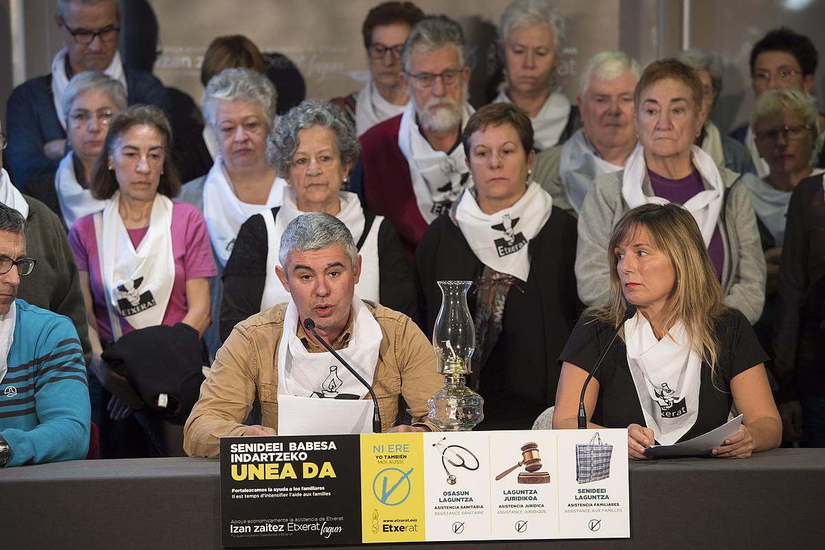 Urtzi Errazkin eta Patricia Velez Etxerat elkarteko bozeramaileak, Donostian eginiko prentsaurrekoan.