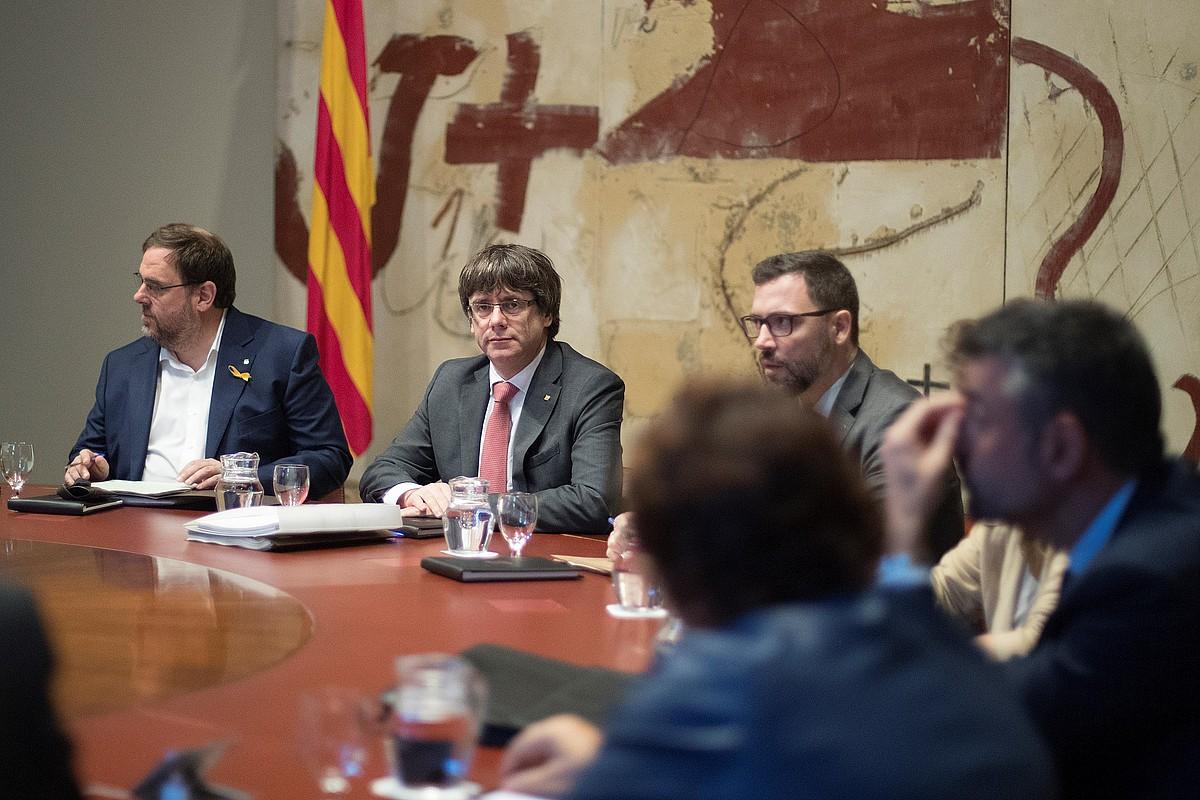 Carles Puigdemont Kataluniako presidentea, eskuinean Oriol Junqueras presidenteordea duela, atzo Kataluniako Gobernuaren bileran. / MARTA PEREZ / EFE