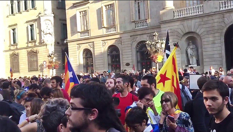 Universitats Per La Republica plataformak deitutako grebarekin bat egin zuten ikasleak. Irudian, Sant Jaume plazan. / JON O. URAIN