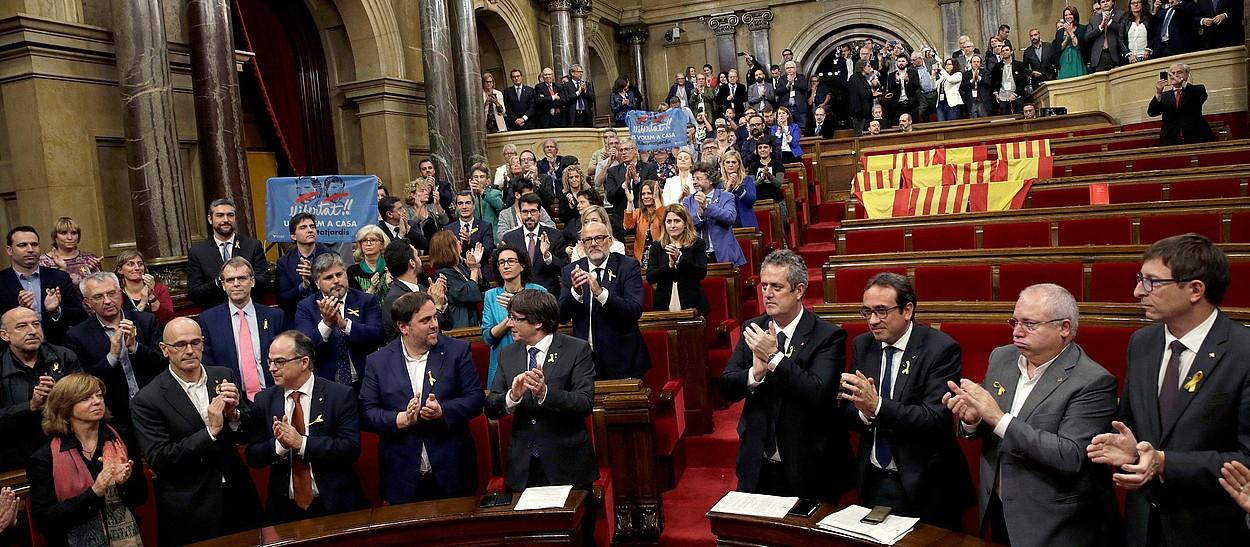 Kataluniako Parlamentuko bozketanparte hartu zuten diputatuak txalojotzen, atzo, independentzia aldarrikapena onartu ondoren.