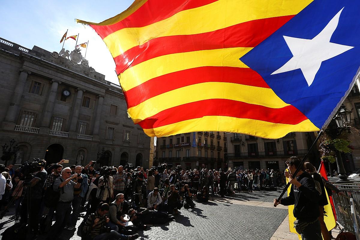 Sant Jaume plazan atzo goizean ateratarako irudia. Generalitateko Palauaren aurrealdean dozenaka kazetari bildu ziren. ©JAVIER ETXEZARRETA / EFE