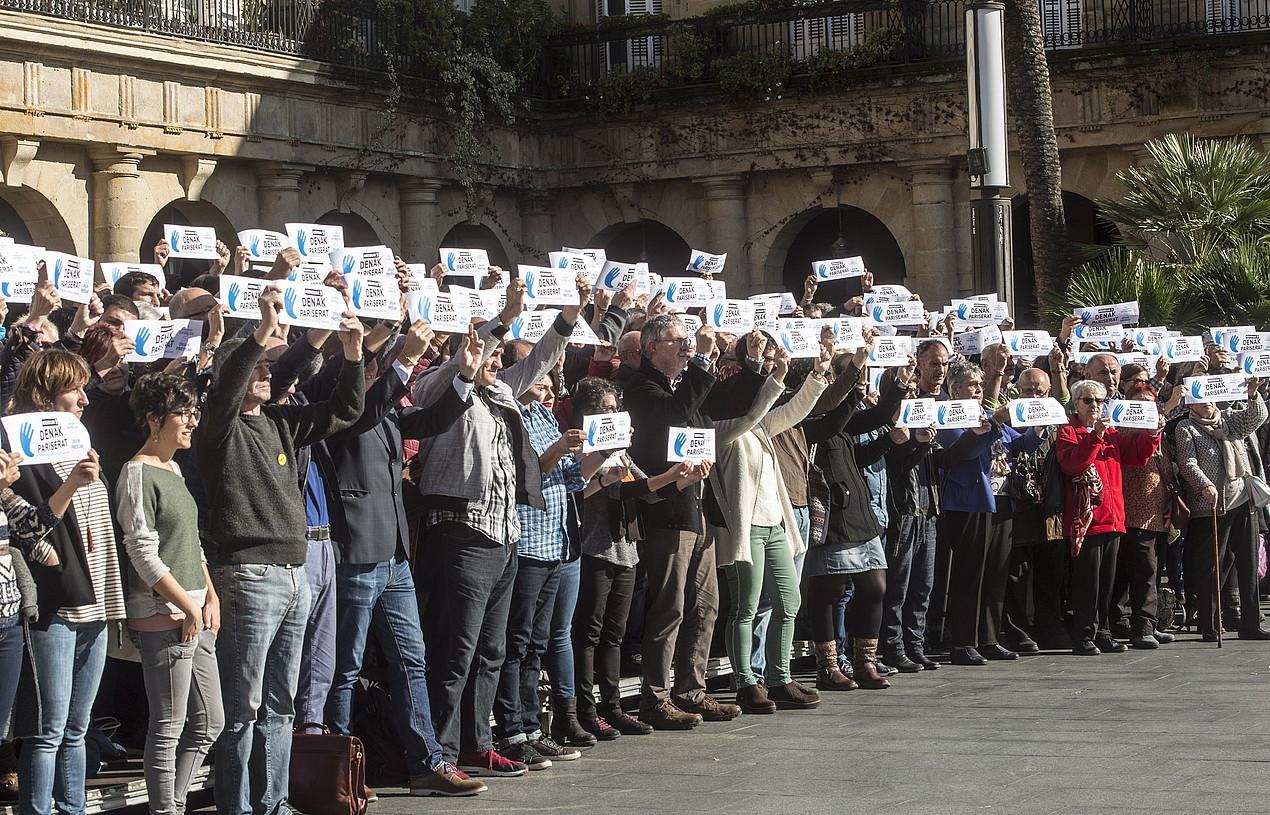 Manifestazioari sostengua eman dioteneragileak, atzo, Bilbon. / MARISOL RAMIREZ / ARP