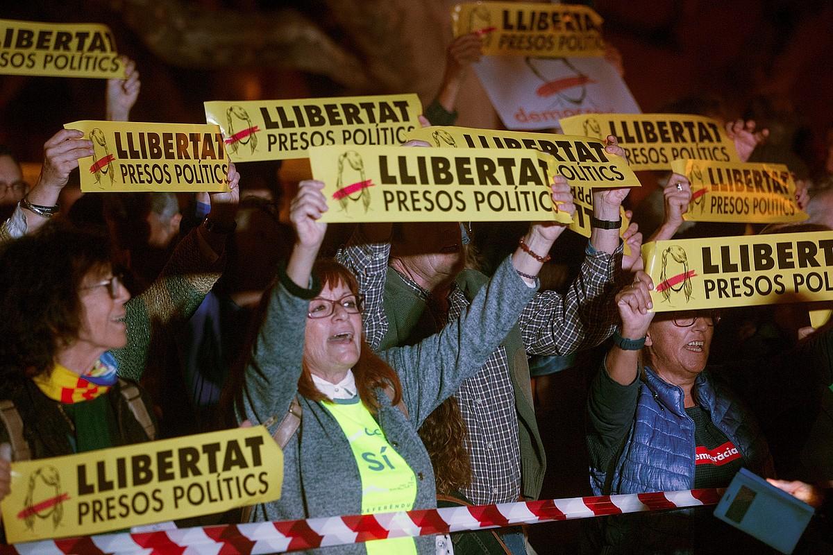ANCk parlamentuaren parean antolatutako mobilizazioan bildutakoak, espetxeratutakoen askatasuna eskatzeko. ©QUIQUE GARCIA / EFE