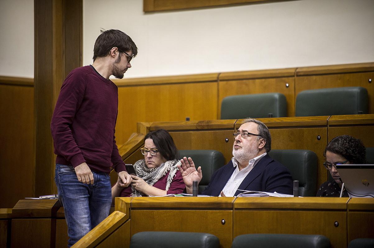 Elkarrekin Podemoseko legebiltzarkideak, atzo, osoko bilkuraren eztabaidan. / JAIZKI FONTANEDA / ARGAZKI PRESS