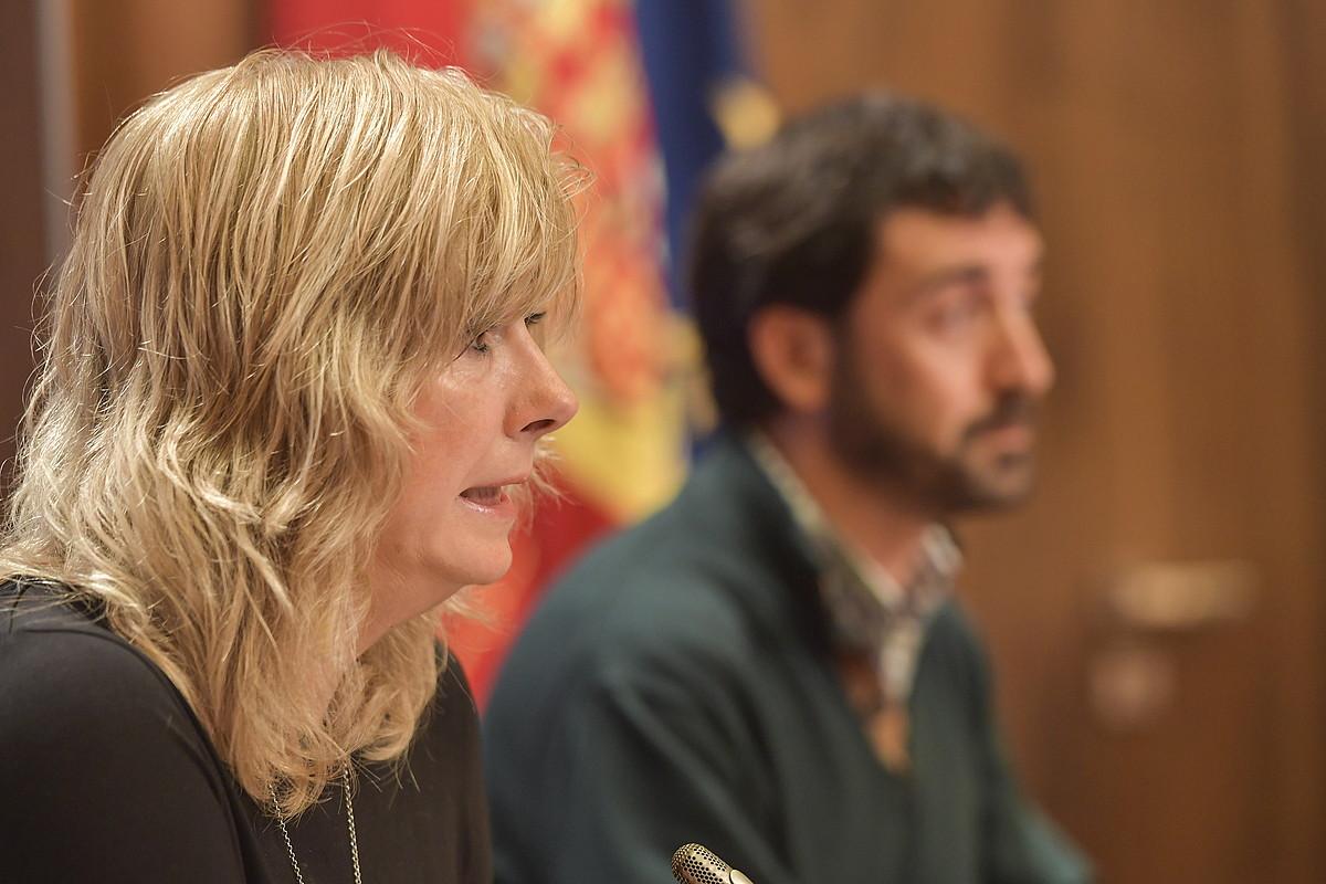 Ana Ollo kontseilaria eta Alvaro Baraibar Bake eta Bizikidetzako zuzendaria, atzo, Iruñean.