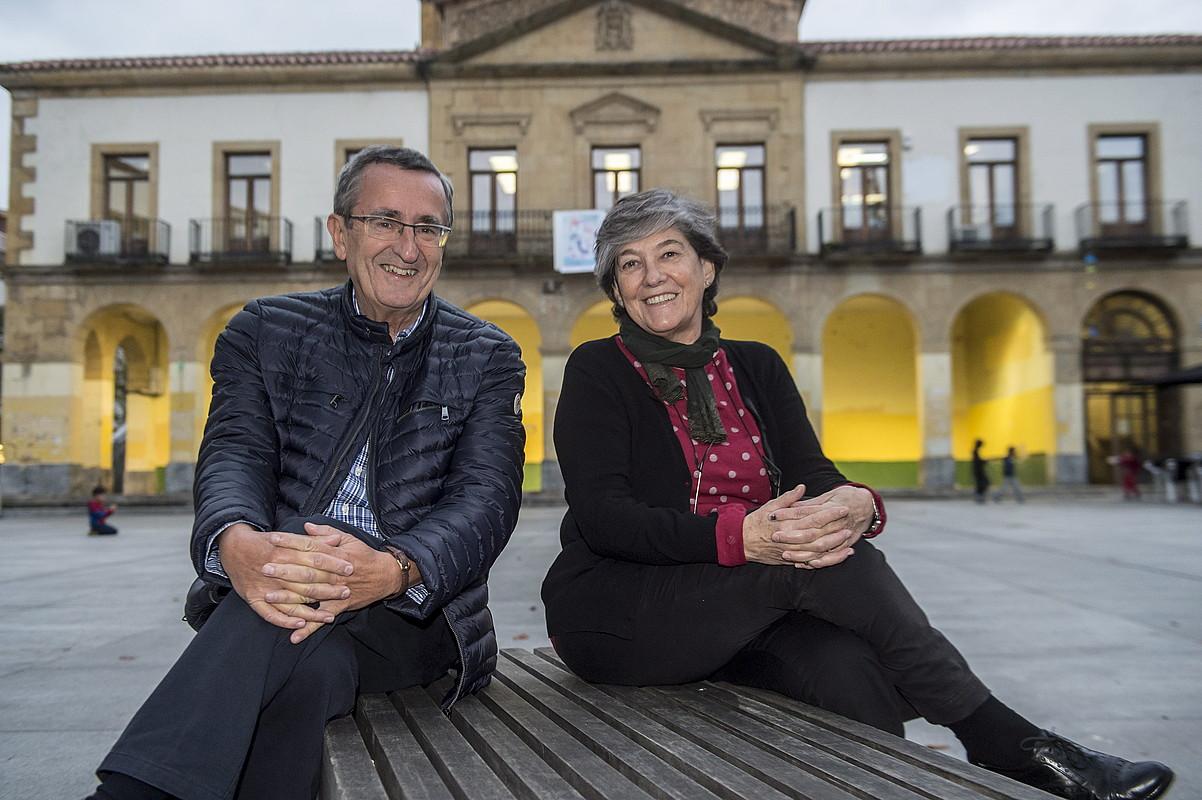 Iñaki Zarraoa eta Laura Mintegi, Getxoko San Nikolas plazan, astehonetan. / MARISOL RAMIREZ / ARGAZKI PRESS