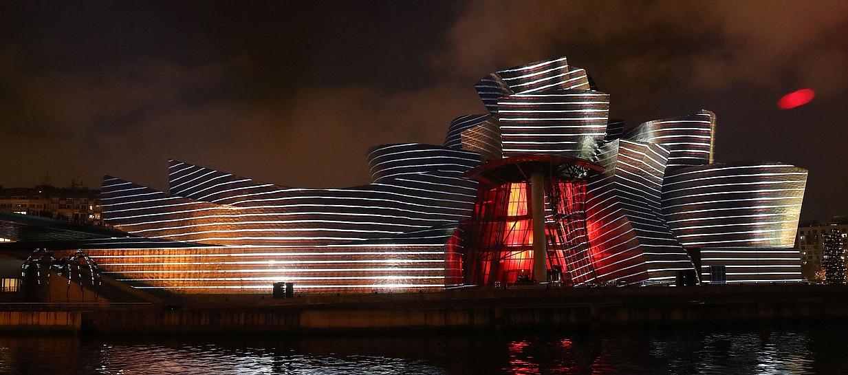 Guggenheim museoaren XX. urtemuga ospatzeko <em>Reflections</em> argi eta soinu ikuskizuna. &copy;LUIS TEJIDO / EFE