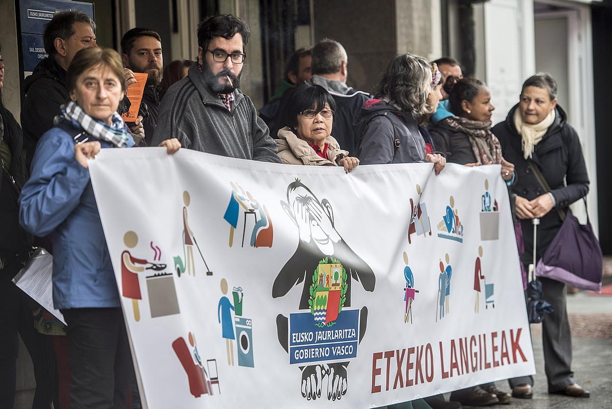 Begiak ixten dituen tximinoaren ikurrarekin irudikatu zuten Jaurlaritza pankarta batean etxeko langileek. ©MARISOL RAMIREZ / ARP