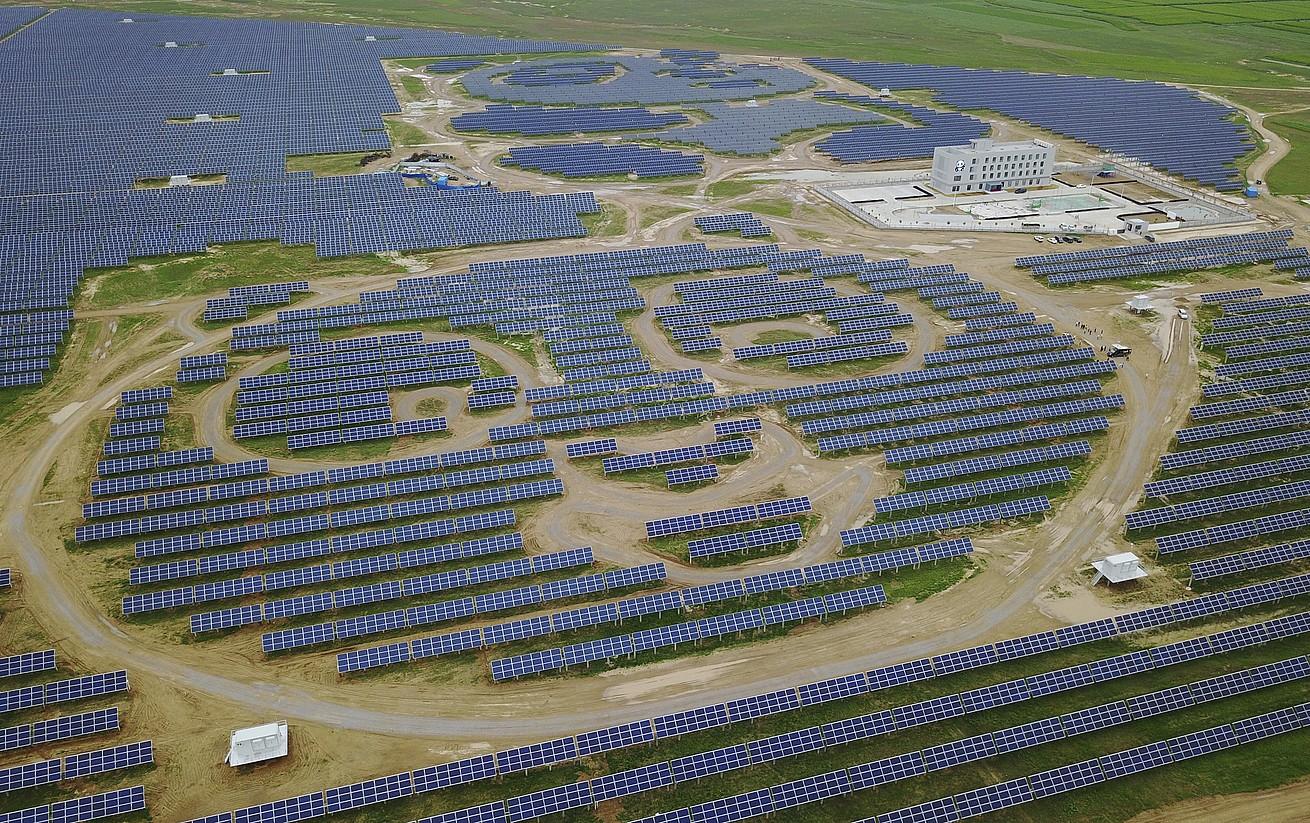 Panda enpresaren Dantongeko plantaren panel fotovoltaikoak, airetik ikusita. ©HOW HWEE YOUNG / EFE