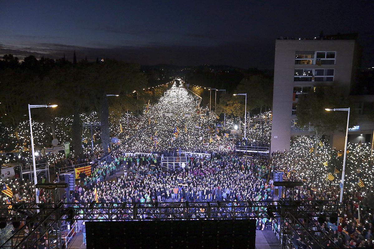 Ehunka milaka manifestarik sakelako telefonoen argiak batera piztu zituzten, atzo, Bartzelonan. ©ALBERTO ESTEVEZ / EFE