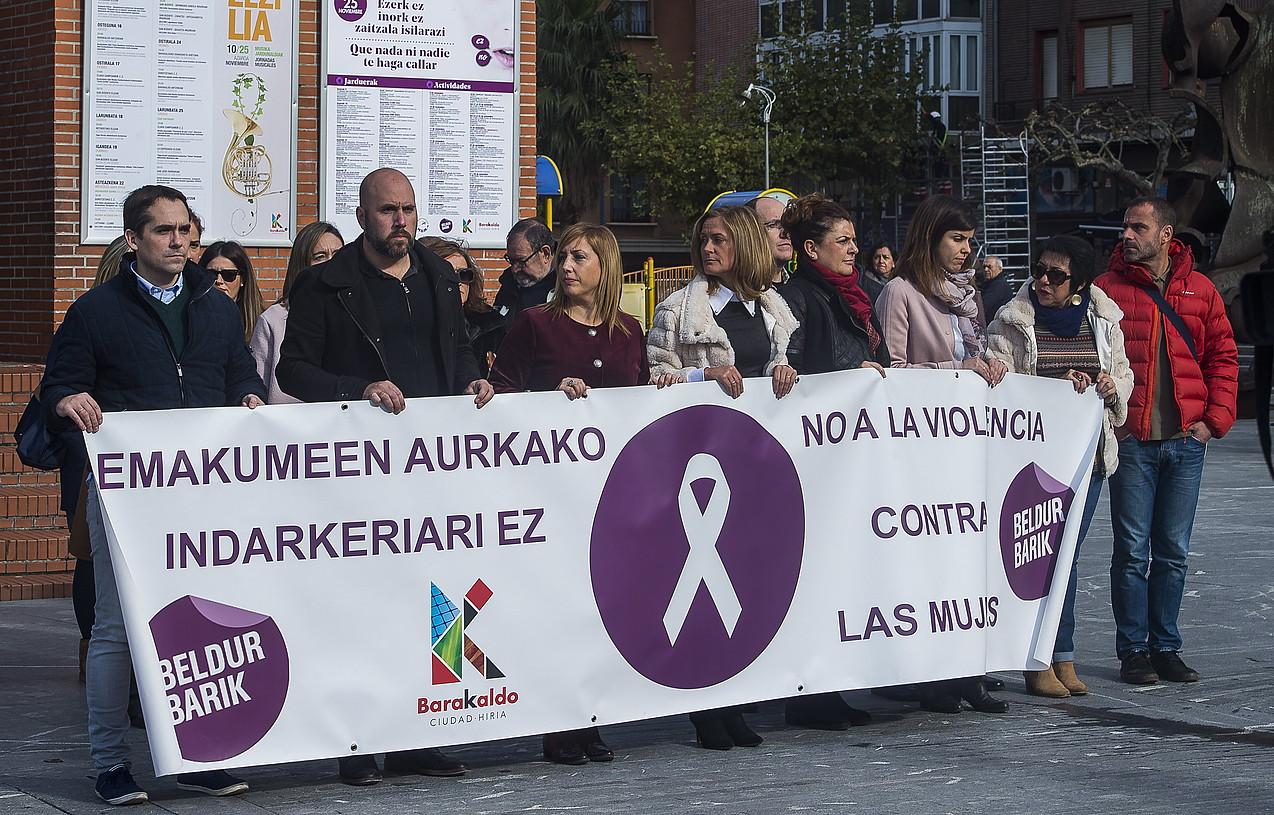 Sexu eraso bat salatu dutela eta, protesta Barakaldon, atzo. ©LUIS JAUREGIALTZO /ARP
