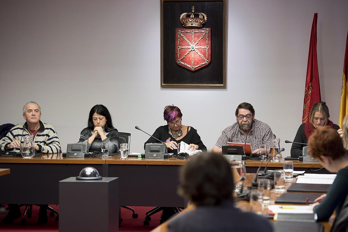SF-78ko eta Iruñeko peñetako ordezkariak eta Nafarroako parlamentariak, atzoko agerraldian. ©IÑIGO URIZ / ARGAZKI PRESS