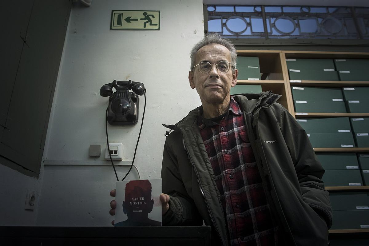 Donostiako Udal Liburutegiko sotoan aurkeztu zuen, atzo, disko berria, Xabier Montoiak. ©JON URBE / ARGAZKI PRESS