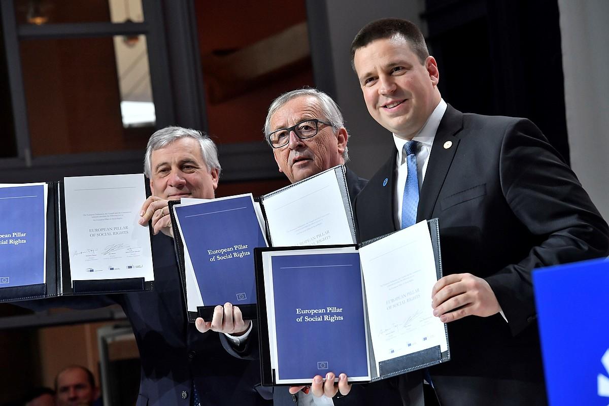 Antonio Tajani, Jean Claude Juncker eta Juri Ratas, atzo, Pilare Sozialen sinaduran. ©JONAS EKSTROEMER / EFE