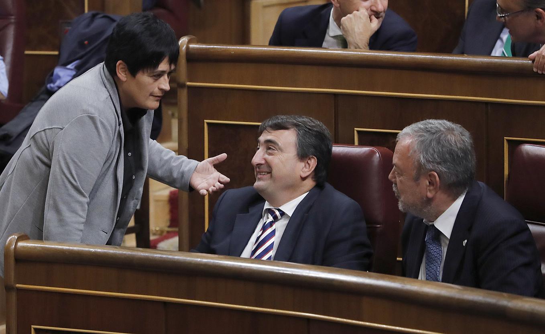 EH Bilduko Marian Beitialarrangoitia, EAJko Aitor Esteban eta Pedro Azpiazurekin berbetan, Espainiako Kongresuan, iaz. ©BALLESTEROS / EFE