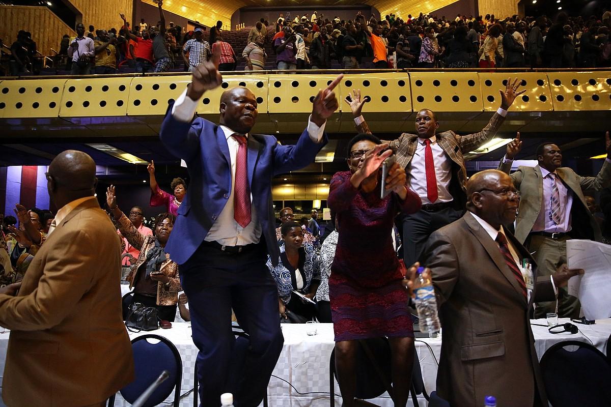 Jendea Mugaberen dimisioa ospatzen, parlamentarien bileran, Hararen, atzo.