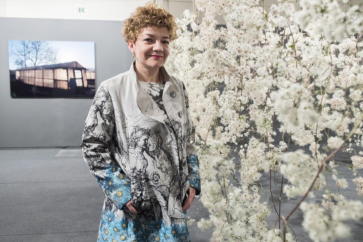 Pilar Soberon artista lasartearra, Donostiako Koldo Mitxelena Kulturuneko ganbaran jarri duen instalazioaren alboan, atzo. ©JUAN CARLOS RUIZ / ARGAZKI PRESS
