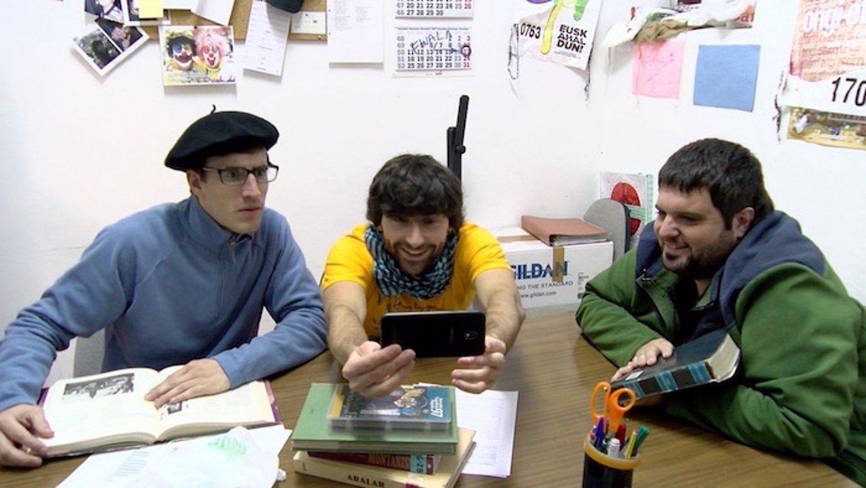 Intxauspe, Fernandez eta Unzueta antzezleak, Irungo saioko bideo bati begira, <em>Txapelpekoak</em> saioan. ©BERRIA