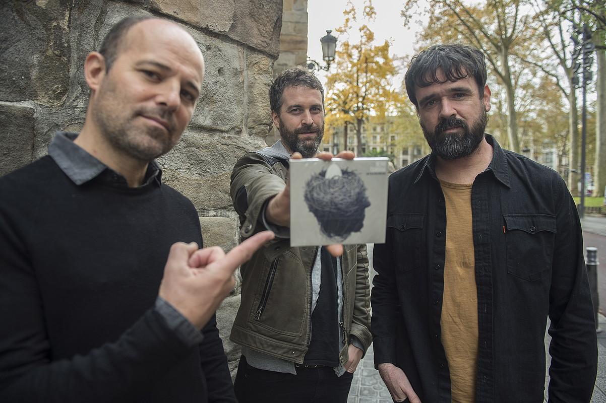 Galder Izagirre, David Gonzalez eta Gorka Urbizu Berri Txarrak musika taldeako kideak, atzo, <em>Infrasoinuak</em> diskoaren aurkezpenean. &copy;MONIKA DEL VALLE / ARGAZKI PRESS