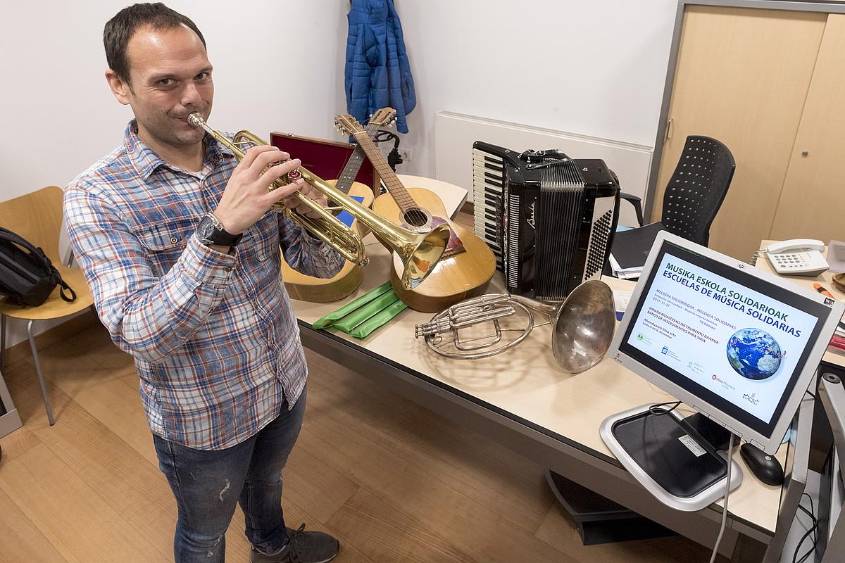 Paco Galve Borja musika eskolako zuzendaria, bildutako instrumentuekin. ©JUANAN RUIZ / ARGAZKI PRESS