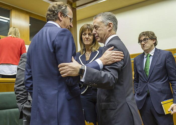 Mariano Rajoy Espainiako gobernuburua eta Alfonso Alonso EAEko PPren presidentea, atzo, Madrilen. ©CHEMA MOYA / EFE