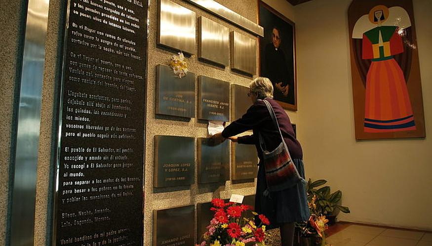 Hildako sei jesuiten eta beste bi zibilen omenezko irudia, San Salvadorren. ©EFE