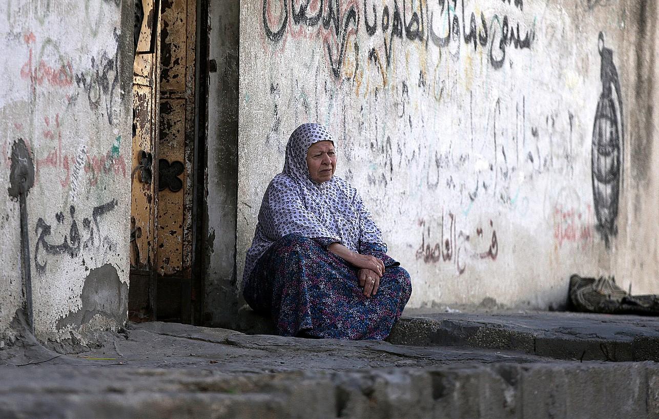 Palestinar bat, atzo, Al-Nusairat errefuxiatu gunean, Gazan.
