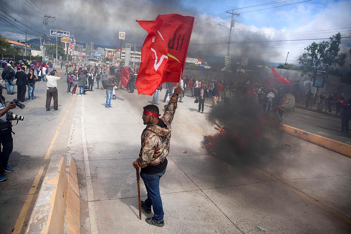 Salvador Nasralla hautagaiaren jarraitzaileek protesta egin zuten, atzo, Tegucigalpa hiriburuan.