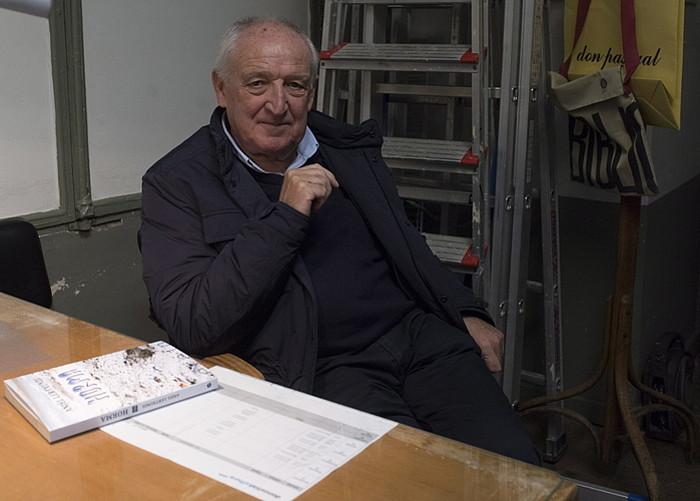 Anjel Lertxundi, <i>Hormak</i> liburua aurkeztu aurretik, atzo, Donostian. &copy;JUAN KARLOS RUIZ / ARGAZKI PRESS