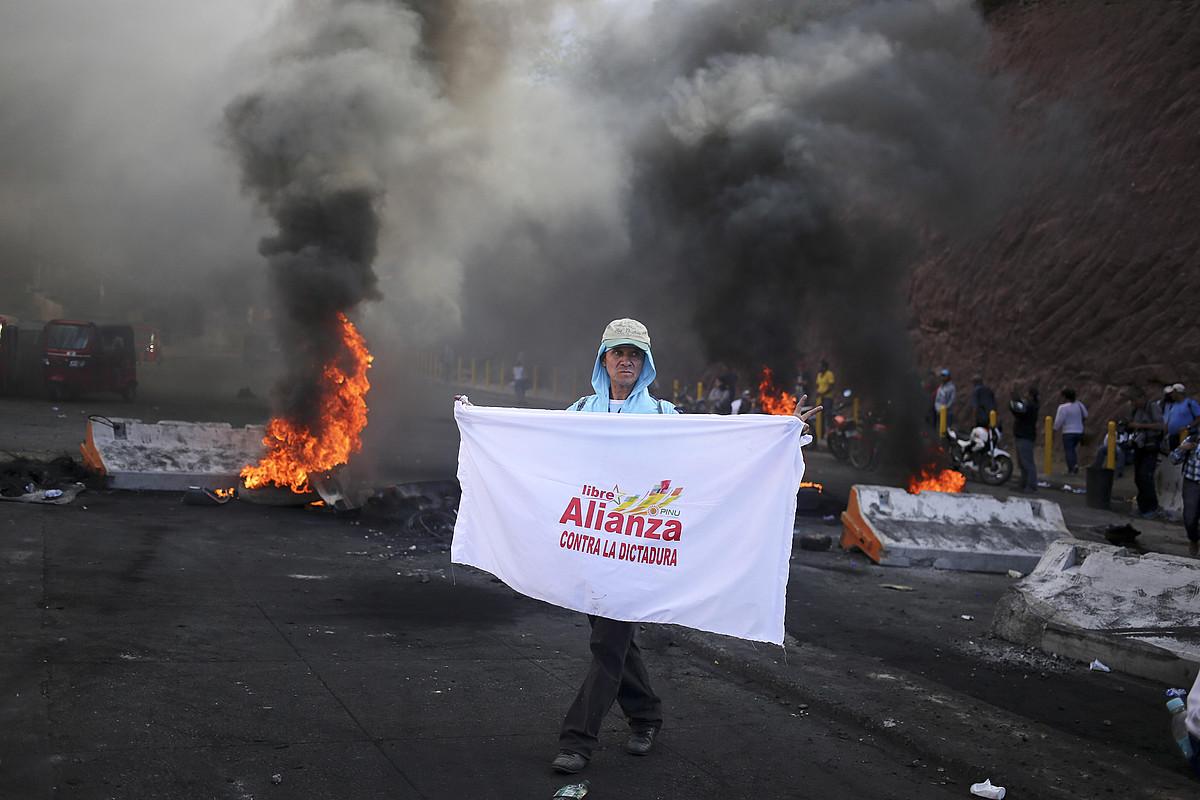 Oposizioaren jarraitzaileak kalean, protestan, herenegun, Tegucigalpan.