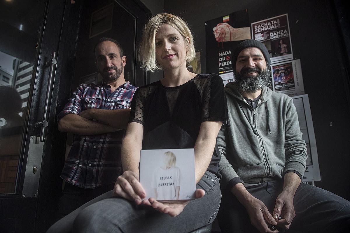 Haritz Harregi, Nora Izagirre eta Ruben Caballero, <em>Beleak elurretan</em> diskoaren aurkezpenean, Donostian. &copy;JON URBE / ARGAZKI PRESS
